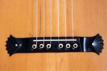 Pickture of the original bridge of Washburn guitar